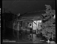 1947年9月の「カスリーン台風」による東京都内の浸水被害=米国立公文書館所蔵、防災科学技術研究所提供