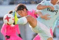 【磐田―鹿島】後半、クロスに合わせゴールを狙うもディフェンダーに阻まれる鹿島の金崎夢生=ヤマハスタジアムで2017年12月2日、和田大典撮影