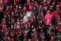 【磐田―鹿島】試合を見つめる鹿島のサポーターたち=ヤマハスタジアムで2017年12月2日、和田大典撮影