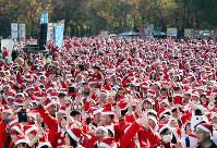 サンタクロースにふんして大阪城公園を走る参加者たち=大阪市中央区で2017年12月3日、幾島健太郎撮影