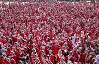 サンタクロースにふんして大阪城公園に集まった参加者たち=大阪市中央区で2017年12月3日午前11時41分、幾島健太郎撮影