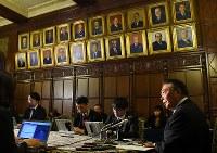 皇室会議を終えて記者会見で質問に答える衆院の大島理森議長(右)=国会内で2017年12月1日午後1時6分、川田雅浩撮影