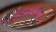岸和田市議会の全員協議会で、議員からの質問に答える信貴芳則市長(右)=大阪府岸和田市で2017年12月1日午後4時13分、猪飼健史撮影