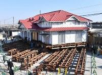 曳家工事が始まった南海本線・浜寺公園駅の旧駅舎=堺市西区で2017年11月28日午前10時28分、川平愛撮影