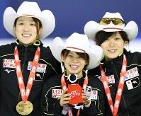 女子団体追い抜きで世界新記録で優勝し、金メダルを手に笑顔を見せる(左から)菊池彩花、高木菜那、高木美帆=カナダ・カルガリーで2017年12月2日、佐々木順一撮影