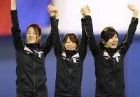 女子団体追い抜きで世界新記録で優勝し、表彰式で笑顔を見せる(左から)菊池彩花、高木菜那、高木美帆=カナダ・カルガリーで2017年12月2日、佐々木順一撮影
