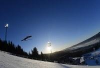 【ノルディックスキーW杯・ジャンプ女子第3戦ラージヒル】 高梨沙羅の1回目の飛躍=ノルウェー・リレハンメルで2017年12月3日、宮間俊樹撮影