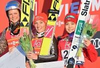 3位に入り表彰台で記念撮影に応じる高梨沙羅(右)=ノルウェー・リレハンメルで2017年12月3日、宮間俊樹撮影