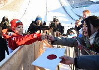 【ノルディックスキーW杯・ジャンプ女子第3戦ラージヒル】 3位に入り表彰式後にファンのサインに応じる高梨沙羅(左端)=ノルウェー・リレハンメルで2017年12月3日、宮間俊樹撮影