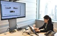 マニュライフ生命でウェブ会議システムを通じて実施された無意識のバイアスに関する社内研修=東京都新宿区で