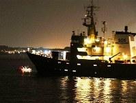 移民らの救助に向かうNGO「SOS地中海」の船の針路を妨害する小型船(左=ジェネレーション・アイデンティティー提供