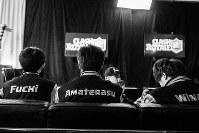 「クラッシュ・ロワイヤル」の世界一決定戦の控え室でモニターを眺めるフチさん(左)、アマテラスさん=英ロンドンのカッパー・ボックスアリーナで2017年12月3日
