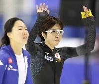 女子500メートルで優勝し、声援に応える小平奈緒(右)=カナダ・カルガリーで2017年12月3日、佐々木順一撮影