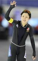 女子1500メートルを日本記録で制し、客席の声援に応える高木美帆=カナダ・カルガリーで2017年12月3日、佐々木順一撮影