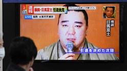 大相撲の横綱・日馬富士の引退会見を報じる街頭テレビ=2017年11月29日、竹内紀臣撮影