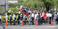 初公判では一般傍聴席58席に対し、614人が整理券を求めた=京都市中京区で2017年6月26日午前、小松雄介撮影