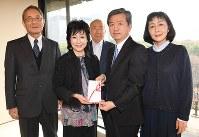 収益金を寄託した女優の竹下景子さん(左から2人目)とNPO法人「朴の会」の皆さん。左から4人目は毎日新聞東京社会事業団理事長で、毎日新聞社の丸山昌宏社長=毎日新聞東京本社で4日、中村藍撮影