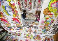 製作作業が続く「お飾り」=岩手県宮古市で2017年11月24日、小川昌宏撮影