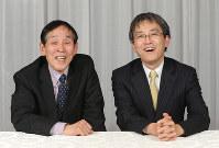 対談を終え、写真に収まる萩本欽一さん(左)と羽生善治名人=東京都千代田区で2016年3月16日、後藤由耶撮影