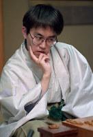 第53期名人戦・第1局2日目熱戦再開。長考する羽生善治名人=京都市左京区の京都宝ケ池プリンスホテルで1995(平成7)年4月8日、多河寛撮影