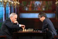 ガルリ・カスパロフさん(左)とチェスで対局する羽生善治名人=東京都港区で2014年11月28日午前10時15分、小川昌宏撮影