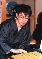 王将戦7番勝負で谷川王将に3連勝し、7冠に王手をかけた羽生善治名人。鳥羽シーサイドホテルで=1996年2月2日