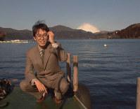 王将戦4連覇から一夜明けて、芦ノ湖畔でくつろぐ羽生王将=神奈川県箱根町で25日午前8時50分、西村剛写す=1999年2月25日撮影