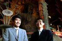 対局を前に、奈良の大仏を見学、笑顔を見せる森内俊之名人(左)と挑戦者の羽生善治王将=奈良市の東大寺で16日、金子裕次郎写す