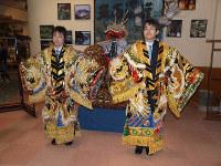 石見神楽の衣装をまとい、記念撮影に応じる羽生善治王将(右)と挑戦者の久保利明八段=2008年02月18日、大田市のさんべ荘ロビーで