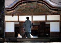第67期名人戦第4局の対局室がある高野山金剛峯寺に向かう羽生善治名人=和歌山県高野町の高野山金剛峯寺で2009年5月20日午前8時24分、小松雄介撮影