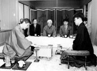第52期名人戦・第2局 第1手を指す米長名人(左)。右は羽生棋聖=1994年4月25日、愛知県蒲郡市西浦温泉「銀波荘」で