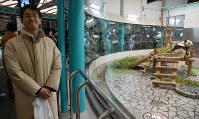 第59期王将戦七番勝負第5局 楽しそうにジャイアントパンダを見物する羽生善治王将=2010年3月9日、白浜町の動物公園アドベンチャーワールドで