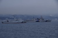 北朝鮮の木造船を調べる海上保安庁の巡視船=第一管区海上保安本部提供