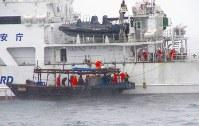 木造船の立ち入り検査をする職員=2017年11月30日、第1管区海上保安本部提供
