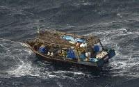 北海道松前町沖で見つかった北朝鮮の木造船=2017年11月29日午後2時21分、本社機「希望」から