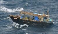 見つかった北朝鮮船=北海道松前町沖で2017年11月29日、本社機「希望」から