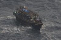 北海道松前町沖で見つかった北朝鮮籍の漁船=北海道松前町で2017年11月29日午前11時4分、本社機「希望」から