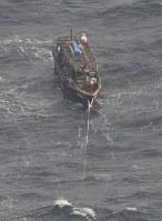 北海道松前町沖で見つかった北朝鮮の木造船=2017年11月29日午前11時4分、本社機「希望」から