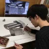 パソコンの画面に映し出した写真を見ながら制作に取り組む大森浩平さん=大森浩平さん提供