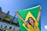 【ブラジル・チリ】試合会場に訪れたブラジルの女性サポーター=2014年6月28日、ゲッティ