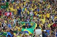【ブラジル・チリ】チリにPK勝ちし、盛り上がるブラジルサポーター=ブラジル・ベロオリゾンテのミネイラン競技場で2014年6月28日、小出洋平撮影