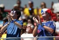 【フランス・ナイジェリア】拍手をするフランスのサポーター=ブラジル・ブラジリアの国立競技場で2014年6月30日、小出洋平撮影