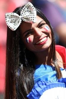 【フランス・ナイジェリア】笑顔をみせる女性サポーター=ブラジル・ブラジリアの国立競技場で2014年6月30日、小出洋平撮影
