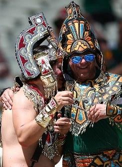 【オランダ・メキシコ】コスプレで盛り上がるカップル=ブラジル・フォルタレザのカステラン競技場で2014年6月29日、小出洋平撮影