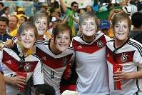 【フランス・ドイツ】メルケル独首相のお面をつけて盛り上がるサポーター=2014年7月4日、ゲッティ