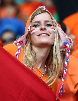 【オランダ・コスタリカ】盛り上がるオランダの女性サポーター=ブラジル・サルバドルのフォンチノバ・アリーナで2014年7月5日、小出洋平撮影