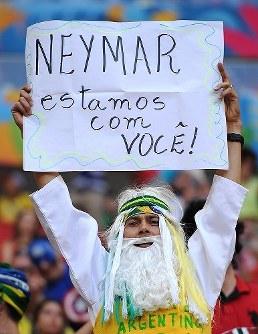 【アルゼンチン・ベルギー】負傷離脱したブラジルのネイマールに向けたメッセージボードを掲げるサポーター=2014年7月5日、ゲッティ