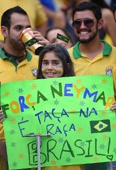 【ブラジル・ドイツ】ネイマールへのメッセージを掲げるブラジルサポーターの女の子=ブラジル・ベロオリゾンテのミネイラン競技場で2014年7月8日、宮間俊樹撮影