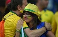 【ブラジル・ドイツ】ブラジルが準決勝で敗退し涙ぐむ女性=ブラジル・ベロオリゾンテのミネイラン競技場で2014年7月8日、宮間俊樹撮影