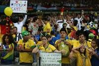 【ブラジル・ドイツ】試合後、がっかりした表情のブラジルサポーターと大喜びのドイツサポーター(奥)=ブラジル・ベロオリゾンテのミネイラン競技場で2014年7月8日、小出洋平撮影
